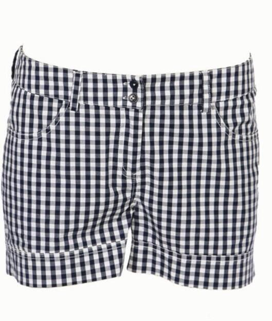 Kort shorts i blått og hvitt (kr 300, Cubus).