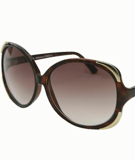 Store solbriller har vært på moten i flere år, og holder fortsatt stand. Her en brun variant med gulldetaljer (kr 200, Oasis).