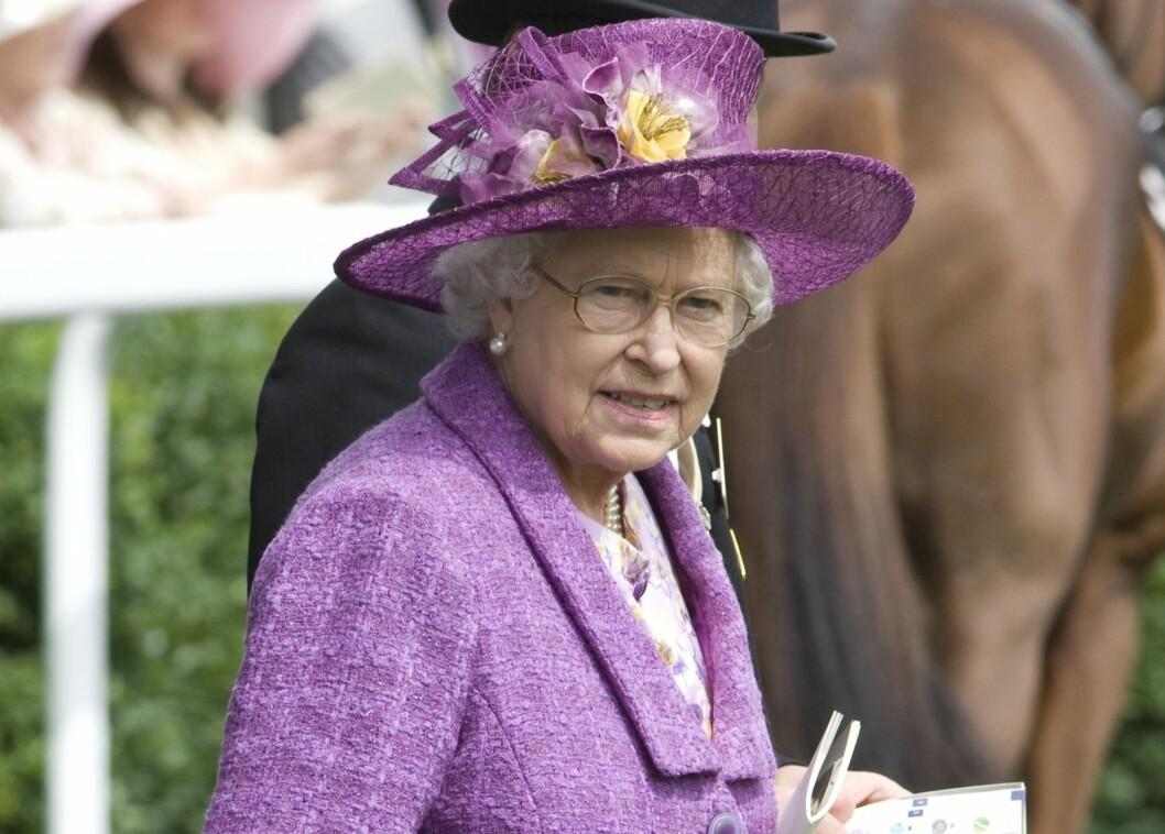 Dronning Elizabeth stilte i en av Ascots mer moderate hatter. Foto: All Over Press