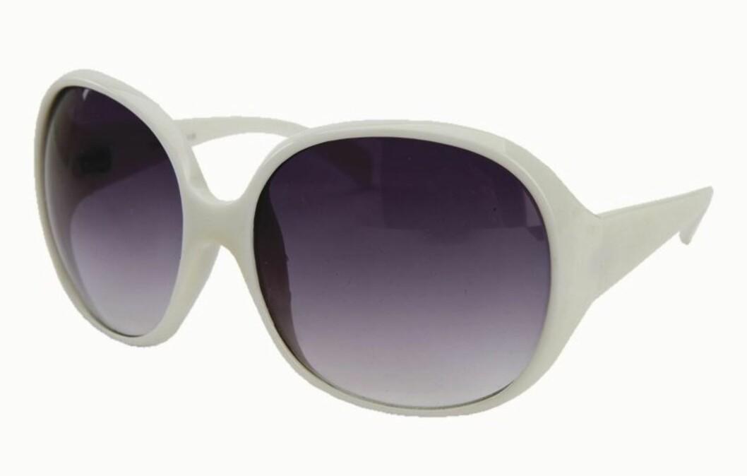 FILMDIVA: Plasstikkbriller i 70-tallsstil (kr 110, Bianco).