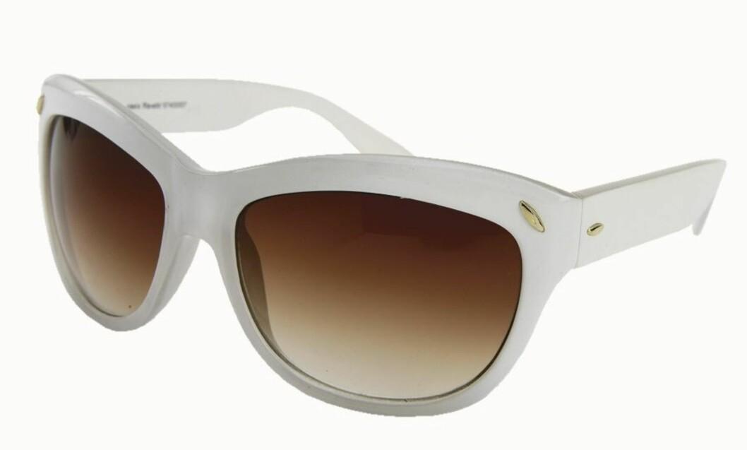 I 50-TALLSSTIL: Katteformet brille (kr 200, Oasis).
