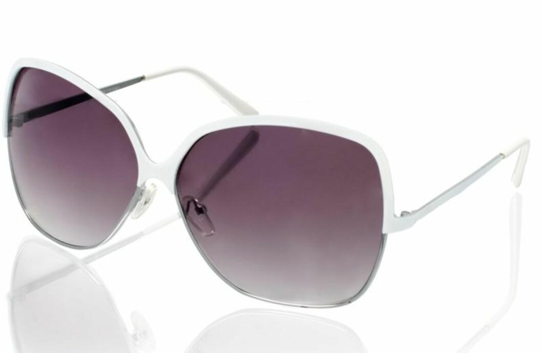 OVERSIZED: Stor brille med lilla glass (kr 110, Asos.com).