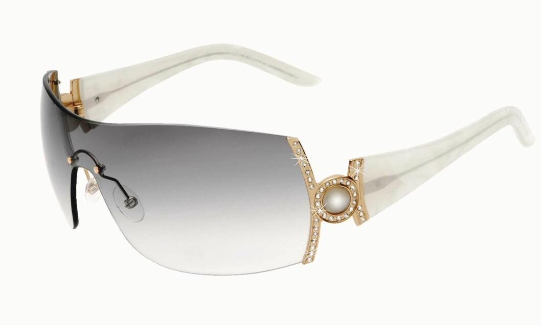 BLING BLING: Brille med gradert glass med dekorert stang (kr 1315, Pierre Cardin).