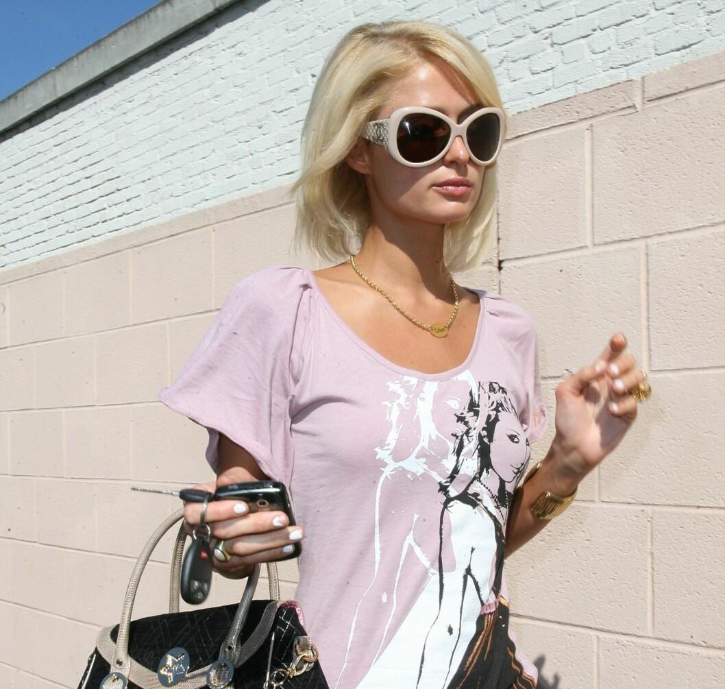 BLING BLING: Paris Hilton i store, hvite solbriller. Foto: All Over Press