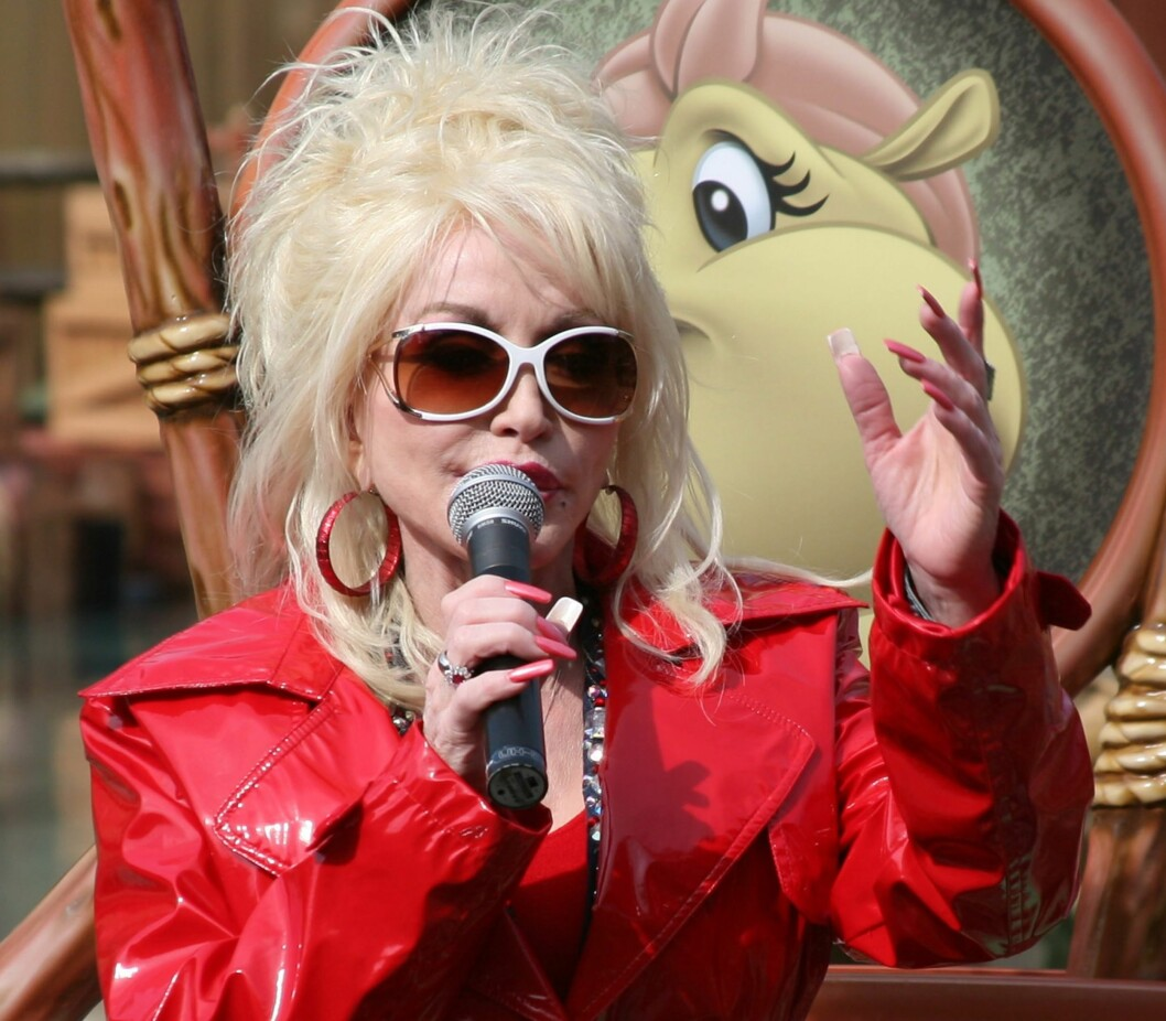 DIVA: Selv countrydronningen Dolly Parton går for hvite solbriller denne sommeren, her under en opptreden i Dollywood. Foto: All Over Press