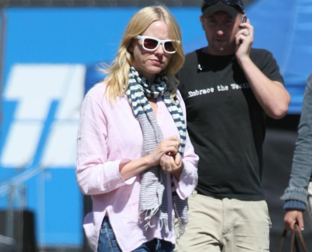 SLAGERBRILLEN FRA 80-TALLET: Naomi Watts myser mot Sydney-sola i små hvite solbriller. Foto: All Over Press