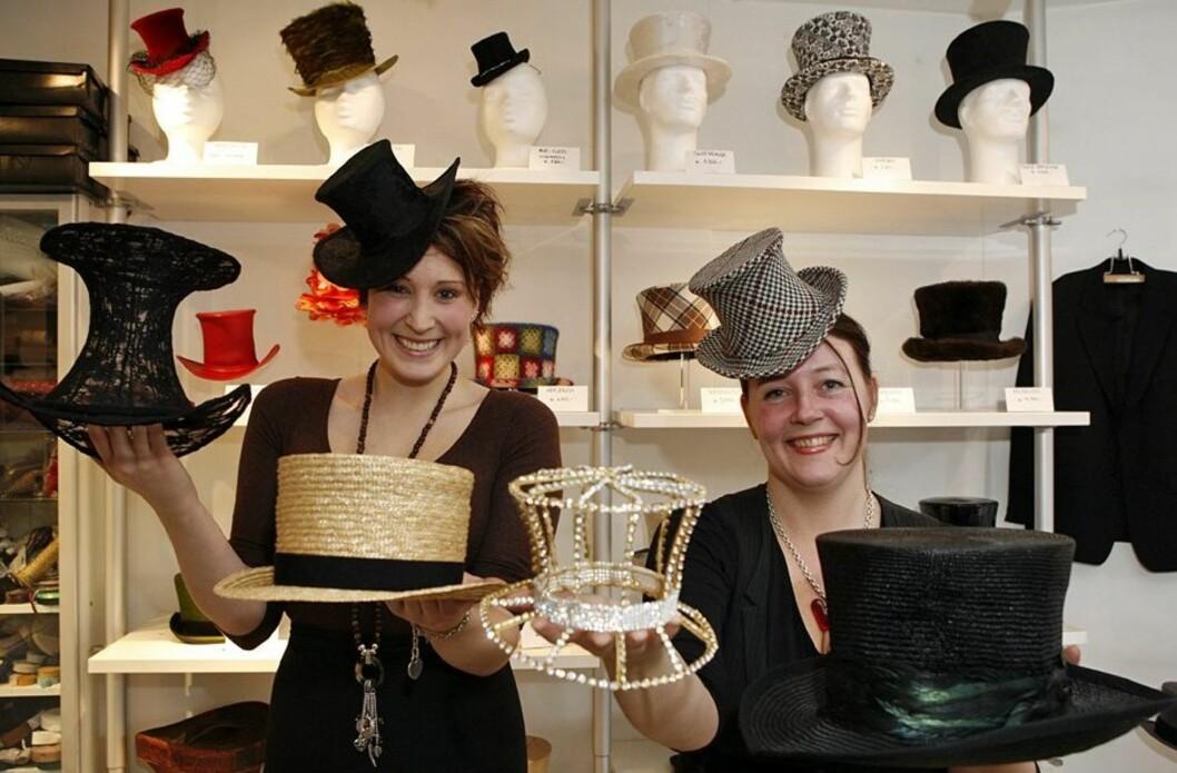 Lærling Camilla Bruer Larsen (til venstre) og Åse Strand står bak den flotte hattekolleksjonen. Begge deler de en forkjærlighet for flosshatter. - Å gå med hatter gjør noe for selvfølelsen. Jeg elsker å bruke hatt, og syns det er utrolig hvorfor folk er så redde for å gå med dem, sier Åse.   Foto: Per Ervland