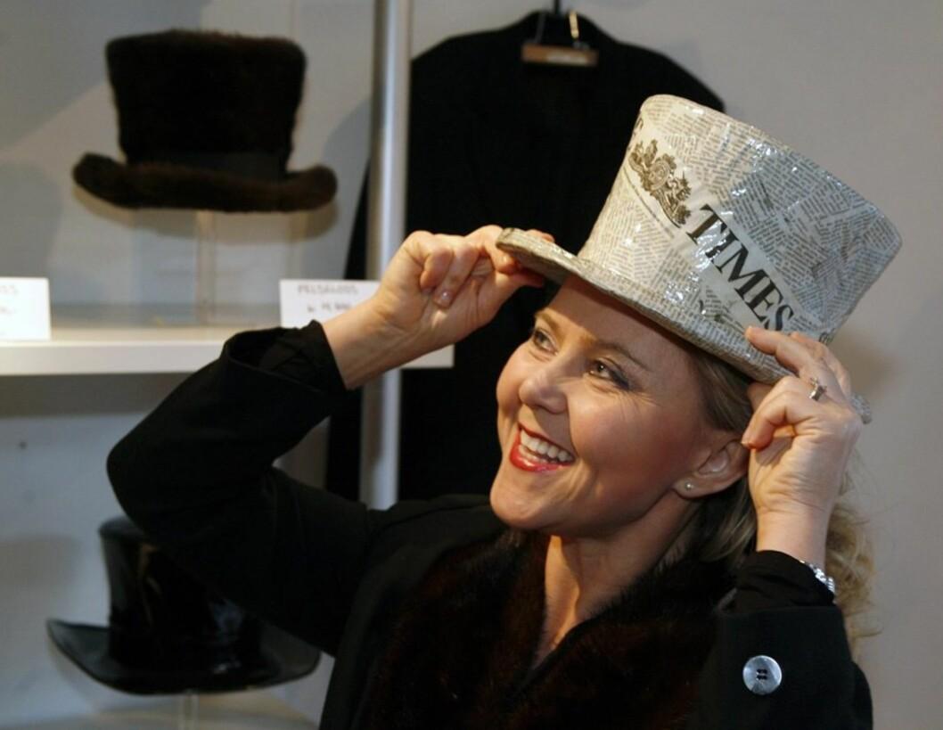 Iren Christina har falt pladask for nyhetsflossen. Hatten som er laget av intet mindre enn avispapir.