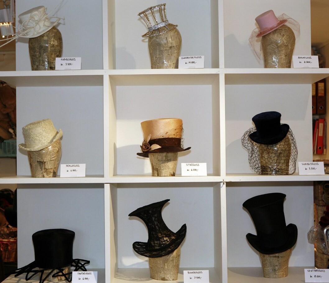 Hatter til bryllup, begravelser og 17. mai. Prisene på hattene ligger fra 3000 til den dyreste til 14.500 kroner.