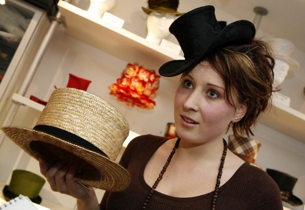 - Med denne hatten lot jeg meg inspirere av gamle boater-hatter og sjølivet. Slaktere brukte også denne typen hatter når de stod bak disken i forretningen. Noen steder i England gjør de det fortsatt, sier Camilla Bruer Larsen. På hodet har hun en snerten liten floss. - Regelen er at flosshatten skal sitte litt på skrå på hodet, sier hun.