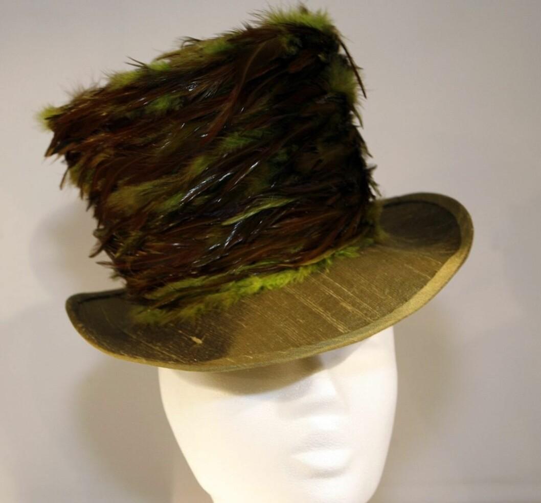 Vi bruker alt for lite fjær i hatten, synes Åse. Det har hun gjort noe med med denne fjærflossen laget av farvede hønsefjær.