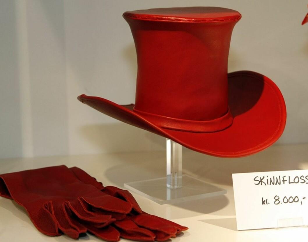 Denne hatten lagde Åse til sin 10 års jubileumsvisning som modist i 2007. Hatten er laget i skinn, og den festes med strikk og hårnåler.
