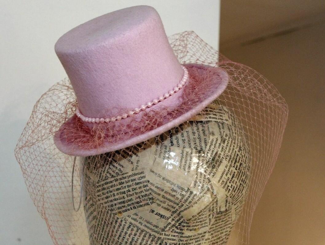 Sukkertøysøt minifloss laget av rosa filt og pyntet med perler og rosa slør.