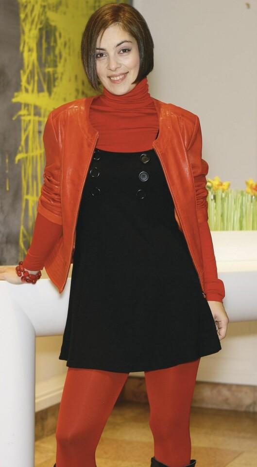 Rød høyhalser (kr 200) og svart selekjole med store knapper (kr 200, begge fra Gina Tricot). Rød skinnjakke med perlekjede hengende fra lommen (kr 1400, Jofama). røde strømper (kr 80) og armbånd (kr 90, begge fra Gina Tricot).