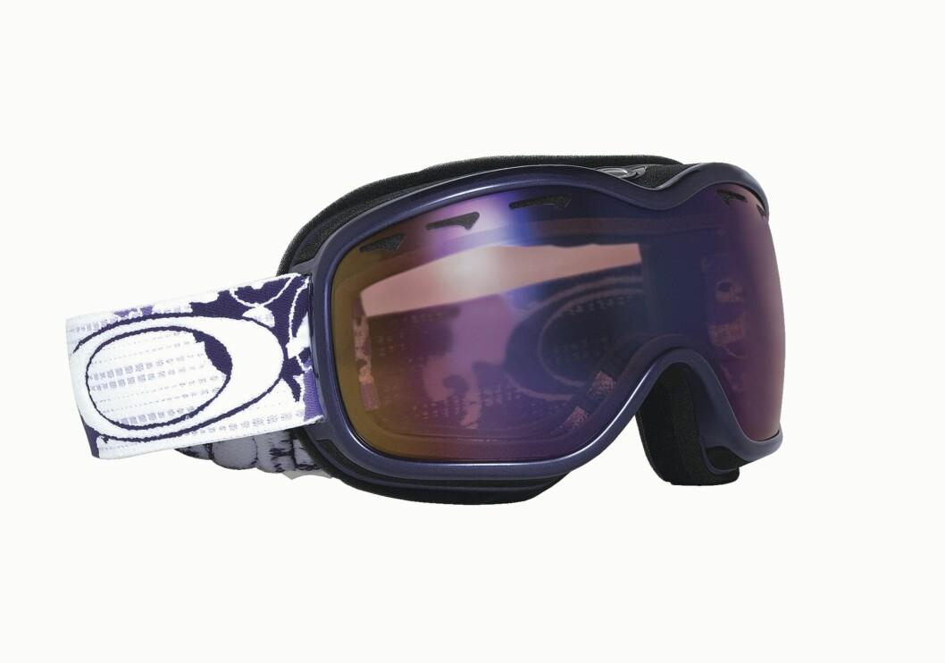 Oakleys nye alpinbriller er spesielt designet for kvinner som vil ha det beste når de glir nedover fjellsidene. 100 prosent UVA-, B- og C-beskyttelse, tåkeeliminator i dobbelt brilleglass med F3 anti-fog technology og andre funksjoner får selv James Bond til å bli grønn av misunnelse. Flere flotte farger og mønstre (fra kr 950 til 2195).