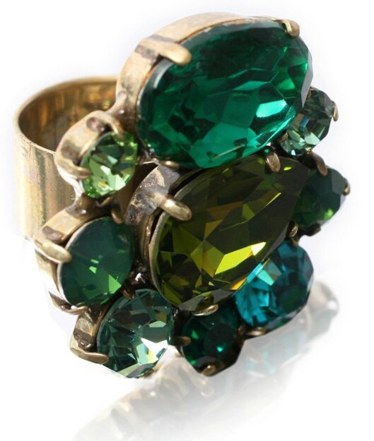 Ring med grønne stener (nedsatt fra 385 til 110 kroner, Asos.com).