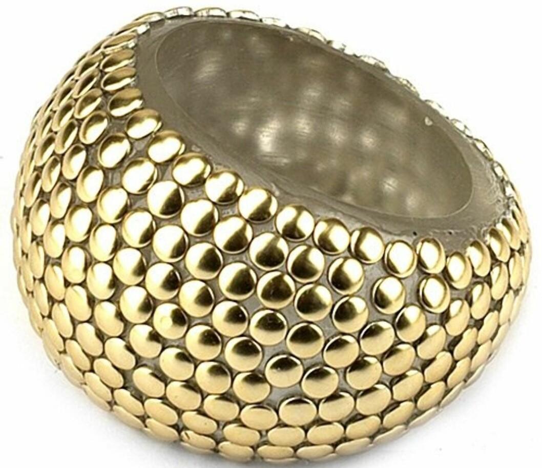 Chuncky ring med gullsirkler over det hele (ca kr 65, Accessorize).  Foto: Promo