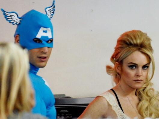 Forskrekket Lindsay Lohan møter ukjent blå superhelt på det lokale vaskeriet.