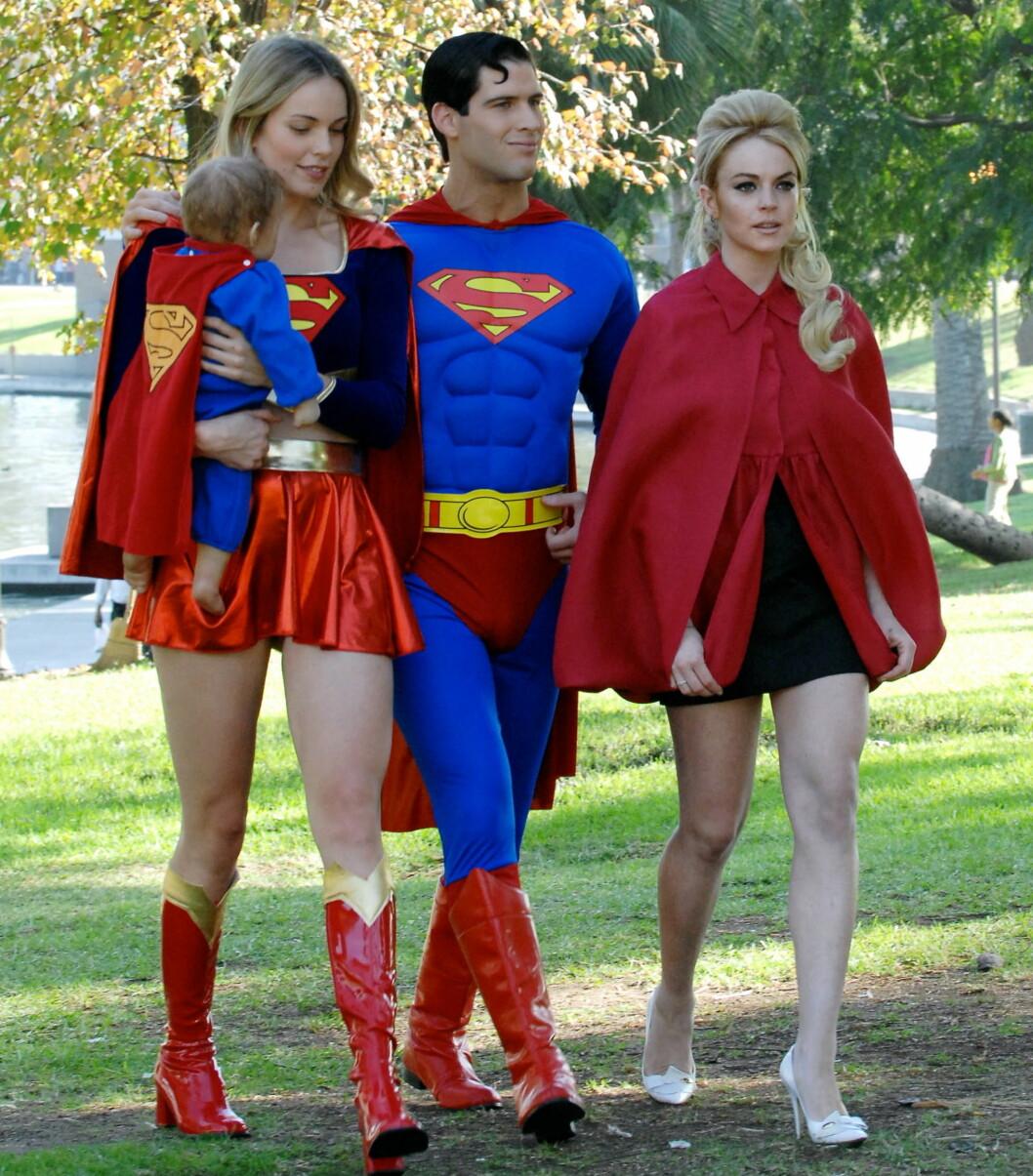 Superheltene på tur i skogen. Legg merke til  Supermanns gåseaktige smil.