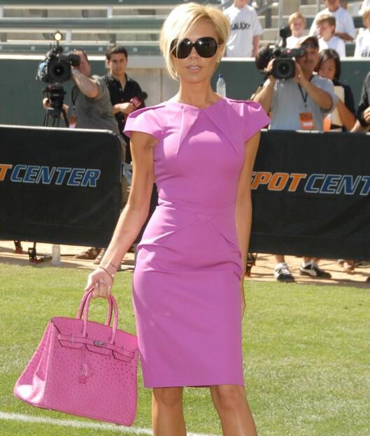 Fotballfrue og designer Victoria Beckham har klart å sikre seg Roland Mouret-kjolen, som hun topper med den matchende fuksiafargede Jane Birkin-bagen fra Hermes til over 100.000 kroner.