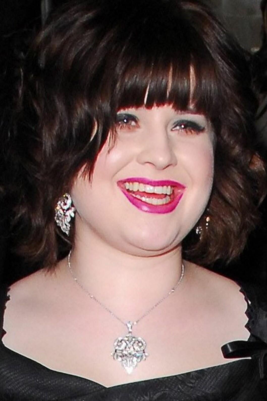 Kelly Osbourne er kledd til fest. Men har hun lånt sin mor Sharons leppestift, tro? En forbløffende forandring til det verre i forhold til slik hun fremstår på teaterscenen.