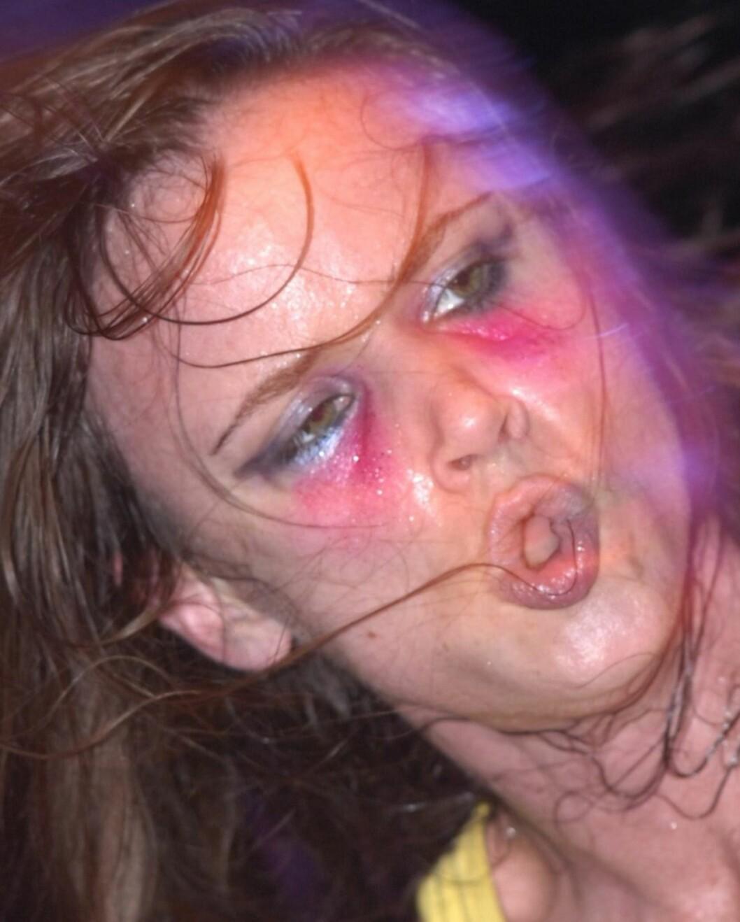 Hvor var det leppestiften skulle igjen? Under øynene? Rockeren og skuespilleren Juliette Lewis husker ikke helt.