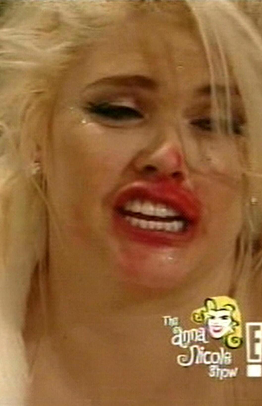 Avdøde Anna Nicole Smith var ikke alltid så nøye på det når hun skulle på tv. Her fra julefeiring i hennes eget The Anna Nicole Show.