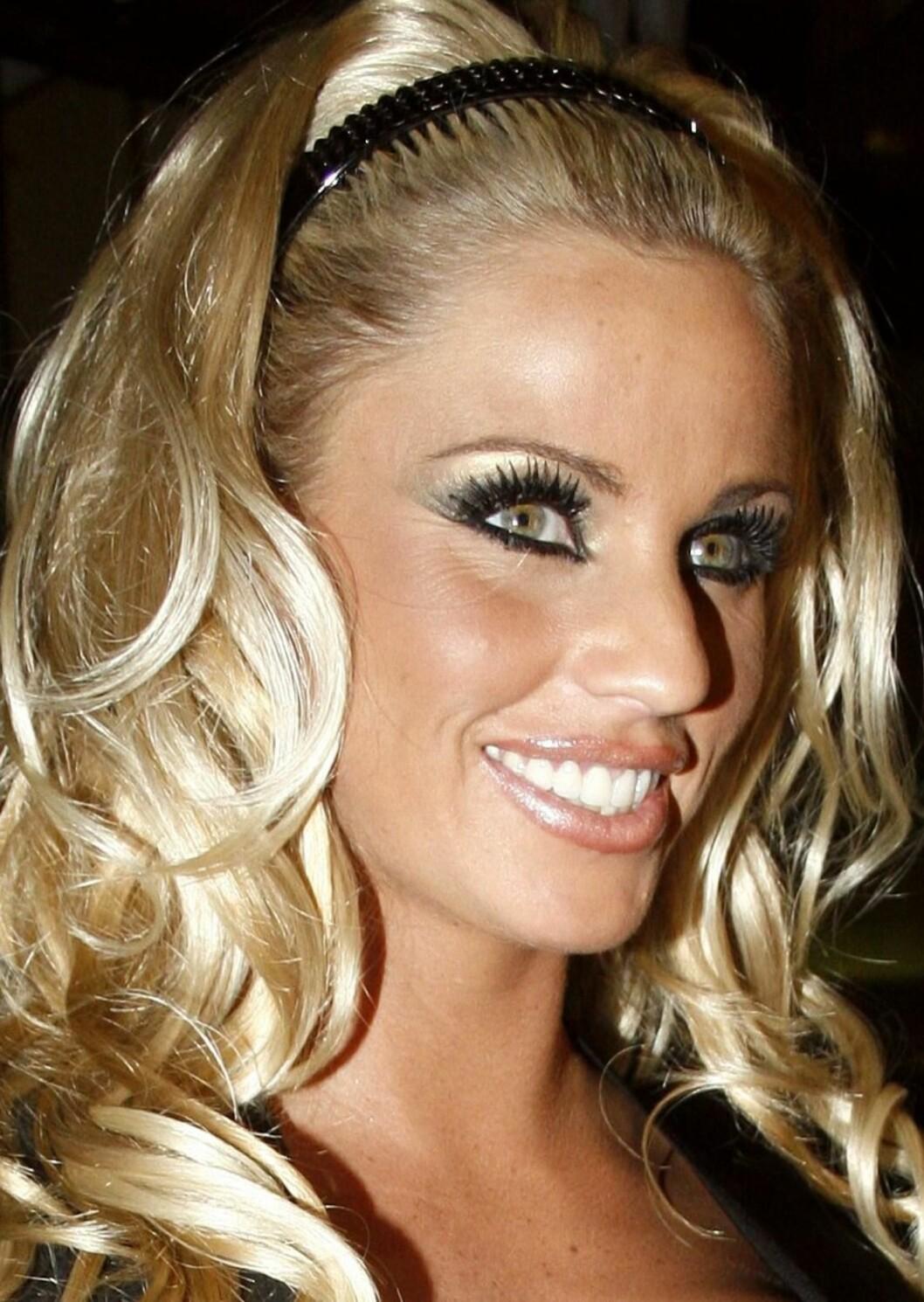 Katie Price aka puppemodellen Jordan er raus med både silikonet og maskaraen.