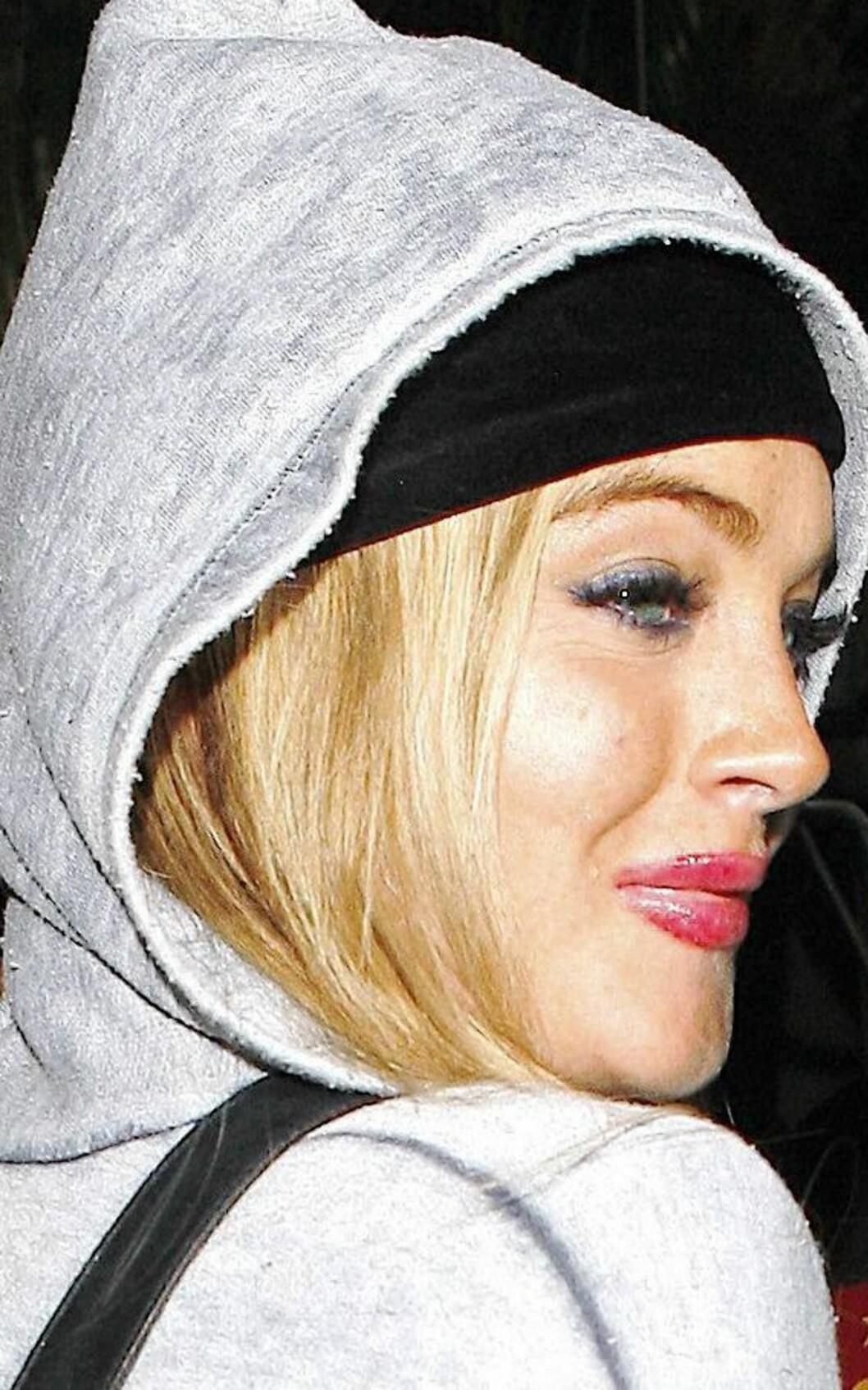 Da stylisten tok ferie, måtte Lindsay Lohan tydeligvis sminke seg selv. Det gikk sånn passe bra.