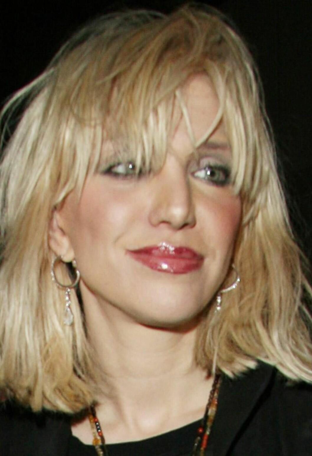 Courtney Love holder som vanlig stilen. Litt for mye av alt, bortsett fra mat den siste tiden.