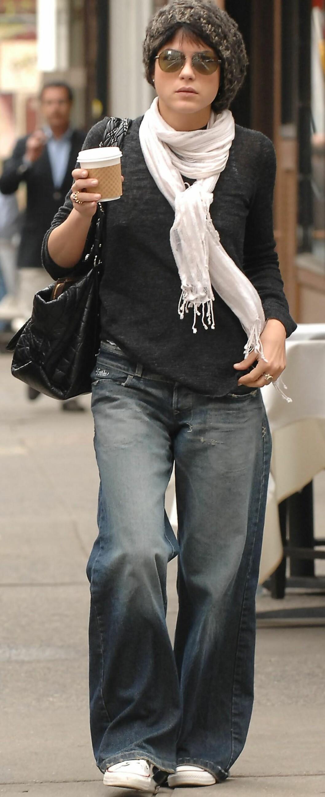 Skuespiller Selma Blair, kjent fra filmer som «Legally Blonde» og «Cruel Intentions» går rundt i Soho med en slitt, vid jeans med sleng.