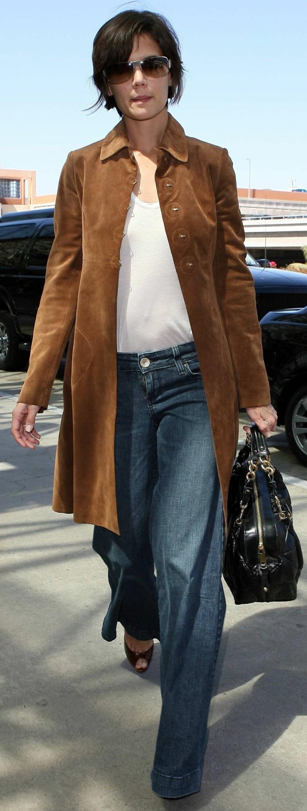 Katie Holmes bruker sine romslige jeans til sandaler med høye hæler.