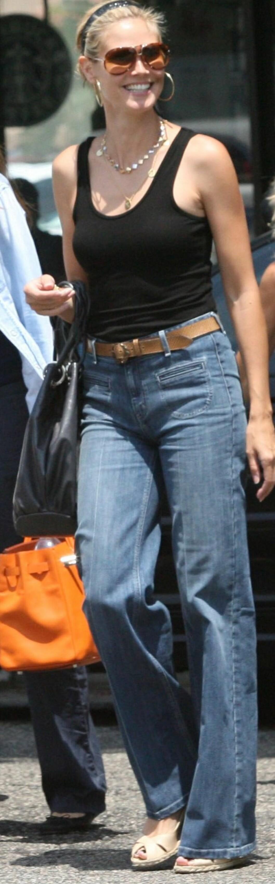 Heidi Klum ser strålende ut i jeans med høyt liv og sleng.