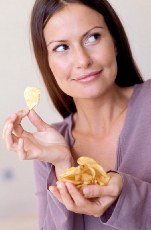 En håndfull potetgull eller en hvetebolle kan være like skadelig for tennene som sjokoladekjeks.