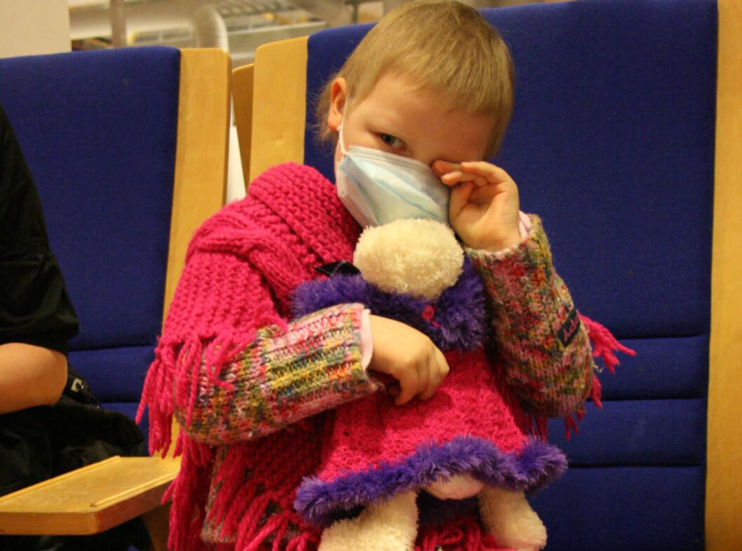 TOK INGEN SJANSER: Julie gikk mye med munnbind offentlig for å unngå smitte. Her skal hun inn til Oslo og gjennomføre beinmargsprøver og få høydosebehandling av cellegift.