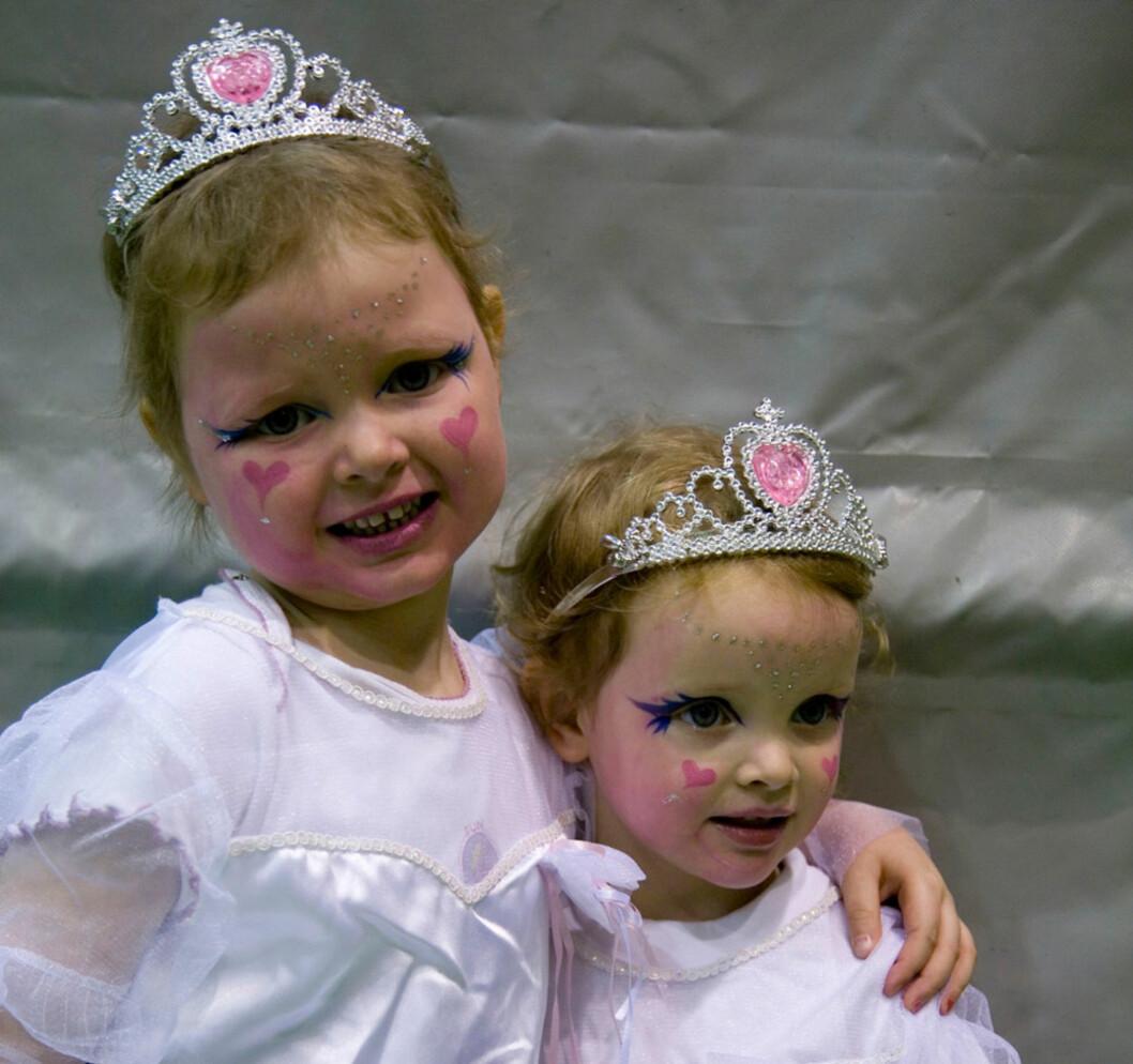 PRINSESSER: Julie og Malin utkledd som prinsesser på et av karnevalene som Inger arrangerte.