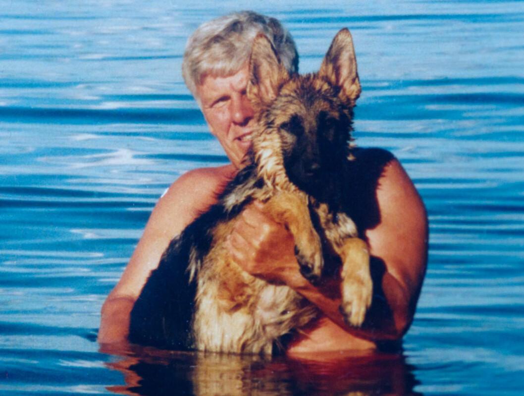 GODE VENNER: Heidi skrev flere brev til faren da han var syk, uten å få respons. – Psykiske problemer er vanskelig åforstå, sier hun. Hunden Robin var viktig for dem begge, og er et sterkt minne etter faren.