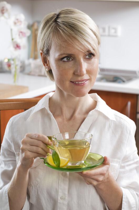 DRIKK MER TE: Du kan fint drikke te hele dagen lang - men begrens sukkerbruken. Foto: Getty Images/iStockphoto