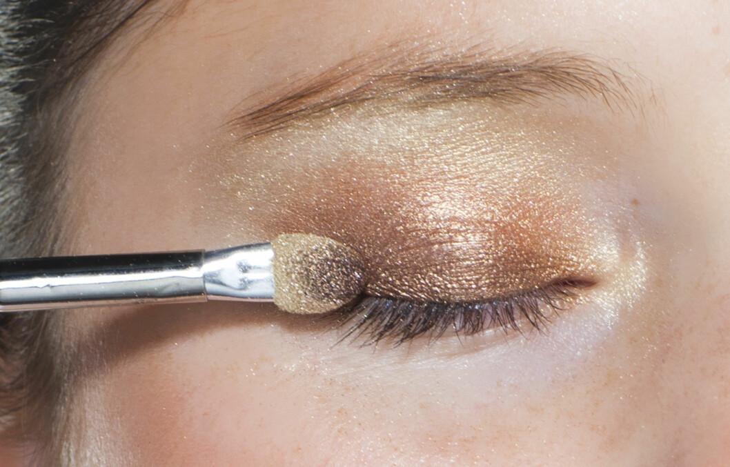 SMINKETIPS: Både teknikk- og fargevalg bør justeres når du blir eldre og huden rundt øynene forandrer seg. Lær hvordan du bruker øyeskygge, mascara, brynblyant eller -pudder og eyeliner til å sminke øynene yngre igjen.  Foto: Astrid Waller