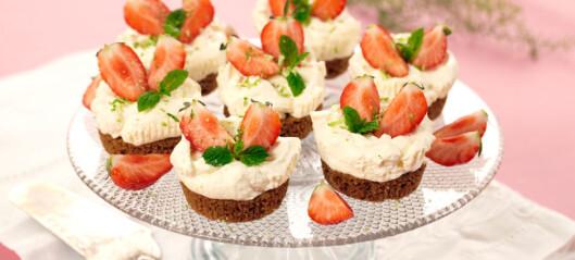 Deilige små ostekaker med jordbær
