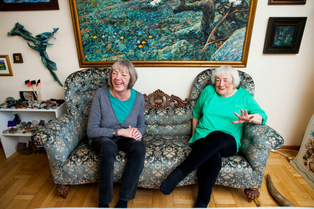Selv om Margit og datteren Tove er ulike, har de det fint sammen. De ler godt av at sofaen de sitter i. Den har prins Eugene en gang tisset i, da han var barn, så klart!
