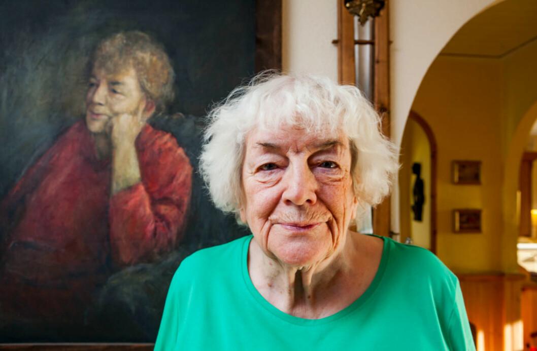 Margit Sandemo er Nordens mestselgende forfatter. Og pengene har hun brukt på moro. Her foran et portrett av seg selv malt av Arne Paus.