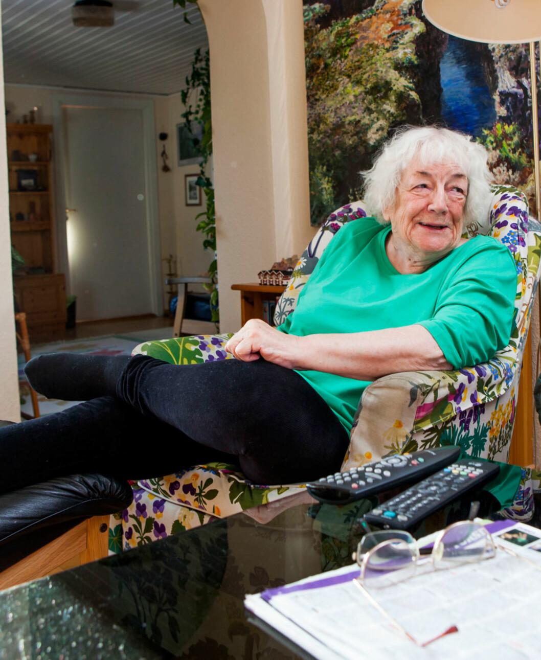 Margit slenger seg ned i stolen og kaster det ene beinet over det andre, det er absolutt ikke noe knirkete og vaklevorent over den 88 år gamle damen.