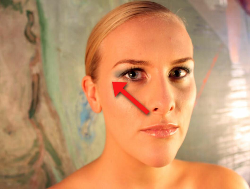 SLIK: Dra conceleren lengre ned i ansiktet. Følg en diagonal rute fra nesekant til kinnbeina, hvor øynene slutter. Bruk gjerne concealer på nesen også, for å jevne ut fargen i ansiktet. Foto: Silje Ulveseth