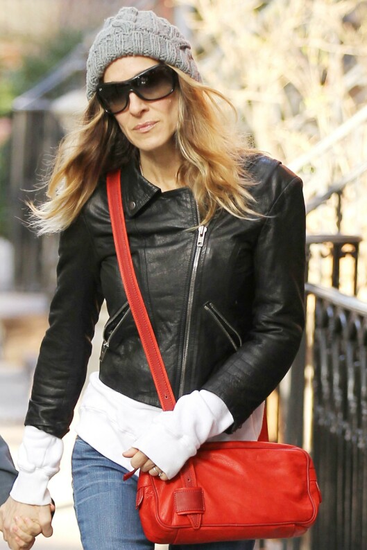 VÆR OBS: Selv om du bærer veska som Sarah Jessica Parker, kan du få vondter om den er for tung.  Foto: All Over Press