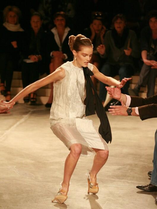 HOPPSANN: Selv proffe modeller har problemer med høye hæler. Foto: All Over Press