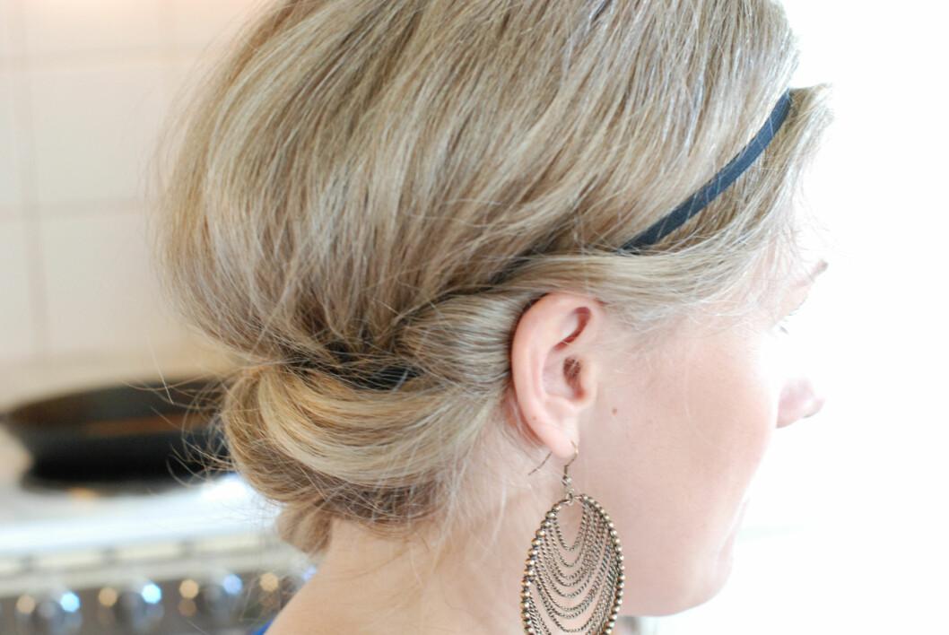 <strong>BOHEMSK:</strong> Rull håret rundt et hårbånd fra rett over øret og over til siden hvor du vil ha fletten. Foto: Aina Kristiansen