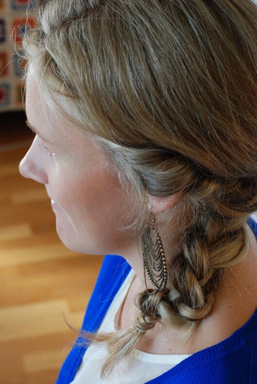 <strong>LUGG:</strong> Velg om du tar med luggen inn i hårbåndet eller om du lar den henge løst. Foto: Aina Kristiansen