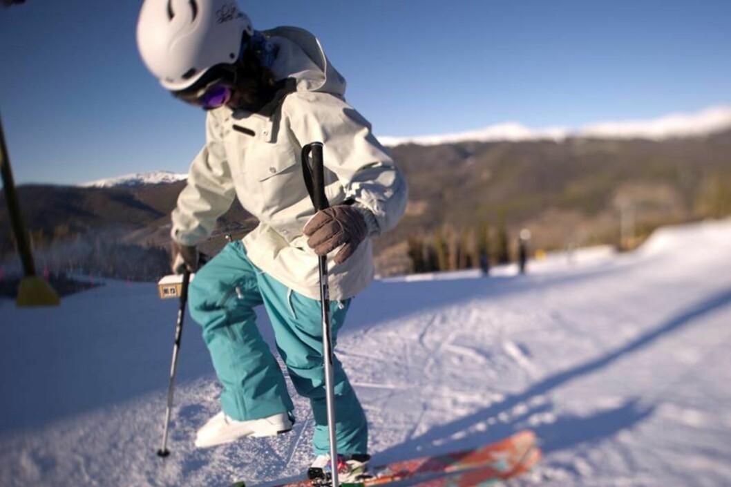 FORTSATT BAGGY OG FARGERIKT: Ifølge Abry er farger fortsatt trendy på skiklær, dog i litt mer nedtonede varianter, fremfor neon, som lenge har vært stort.  Foto: Micahel Neumann/Sweet Protection