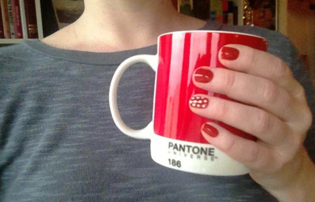 <strong>POLKADOTS:</strong> Du kan gi alle neglene prikker eller bare velge én aksentnegl, som her.  Foto: Aina Kristiansen